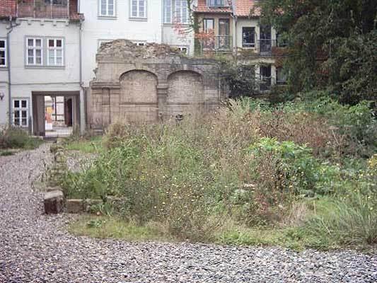 Der Synagogenrest auf dem Gelände vor dem Museum