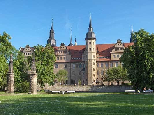 Das Merseburger Schloss (1605-08) vom Schlossgarten aus, Obelisken Ende 17. Jh.