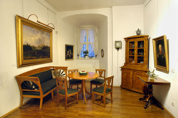 Biedermeierzimmer mit spätromantischem Gemälde