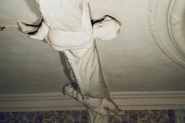 3 Puten die einen Vorhang raffen