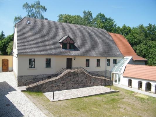 Hauptgebäude, Hof und Museum
