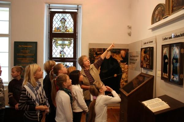 Führung mit Schulkindern in der Ausstellung