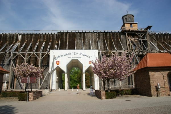 Hauptdurchgang des Bad Salzelmener Gradierwerks (Foto: Matthias Röhricht)