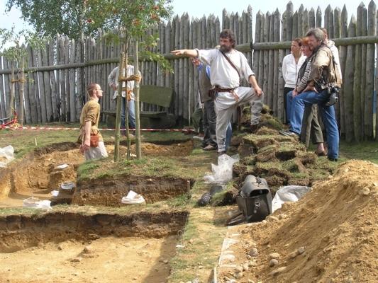 Archäologische Ausgrabungen bei einem Studentenpraktikum auf dem Werkstattgelände