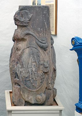 Das originale Wappenteil der Kursächsischen Postmeilensäule