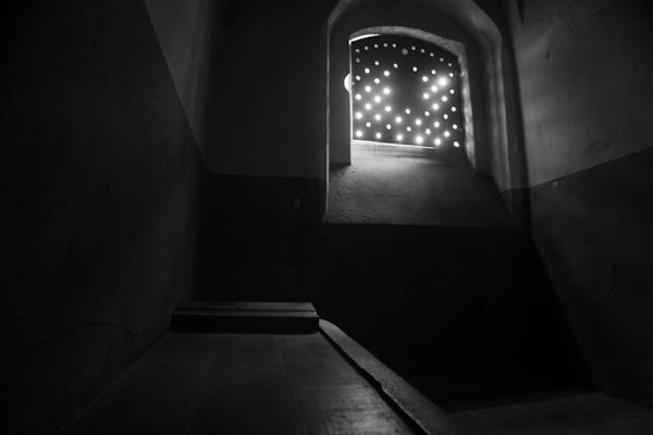 Fenster in einer Dunkelzelle des ehemaligen Bunkers, 2011