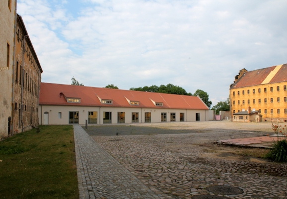 Werkstattgebäude auf dem Nordhof zwischen Lazarettgebäude (links) und Zelenbau (rechts), 2014