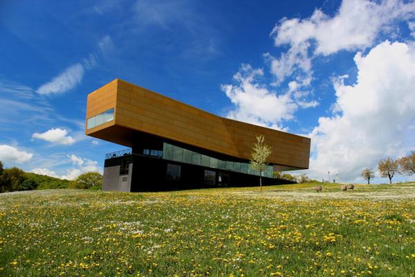 Das Besucherzentrum Arche Nebra ist äußerlich der goldenen Sonnenbarke am unteren Rand der Himmelsscheibe von Nebra nachempfunden.