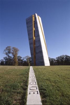 Der Aussichtsturm am Fundort der Himmelsscheibe sieht aus wie der Zeiger einer überdimensionalen Sonnenuhr. (Foto: J. Lipták)