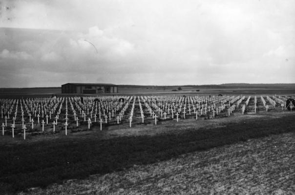 Der Ehrenfriedhof nach seiner Einweihung am 25. April 1945; © Gedenkstätte Gardelegen / National Archives Washington