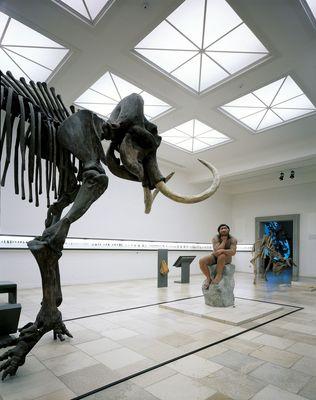 Blick in den Saal Altsteinzeit mit Denker und Mammut; © LDA Sachsen-Anhalt, Juraj Lipták