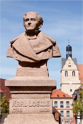 Carl-Loewe-Denkmal mit Blick auf Museum und Stadtkirche